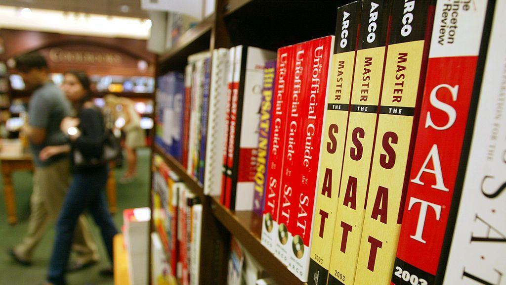 strongLibros de preparación para el examen SAT en el estante en una tienda de Barnes and Noble en la ciudad de Nueva York. (Mario Tama/Getty Images)/strong