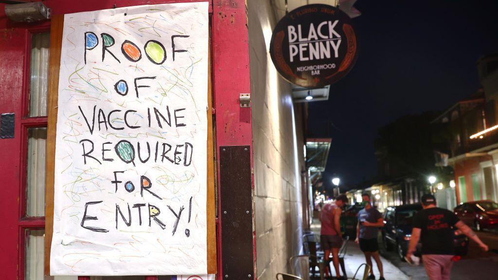 """strongUn letrero colgado en un bar dice """"Prueba de vacuna requerida para entrar"""", en el Barrio Francés de Nueva Orleans, Luisiana, el 16 de agosto. Los empleadores y las empresas ponderan distintos medios para proporcionar un entorno seguro para todos. (Mario Tama/Getty Images)/strong"""