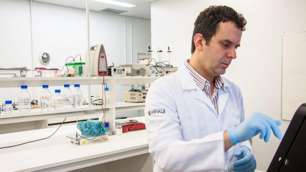 Fernando Spilki es virólogo y trabaja en pesquisa para Feevale. (Solange Corrêa/Feevale Press Office)