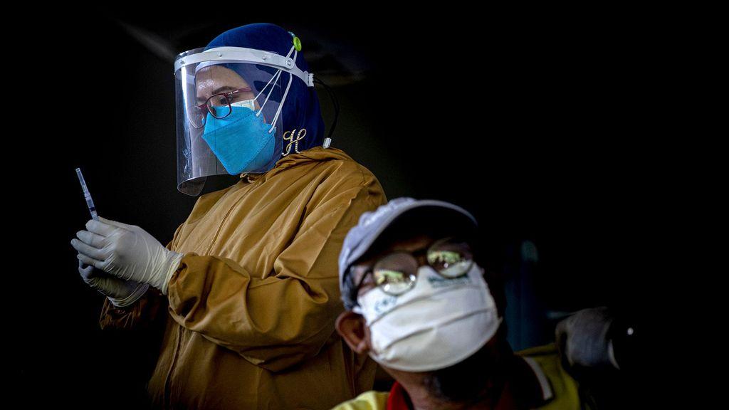 An Indonesian health worker prepares Bio Pharma COVID-19 vaccine on August 06, 2021 in Surabaya, Indonesia. (Robertus Pudyanto/Getty Images)