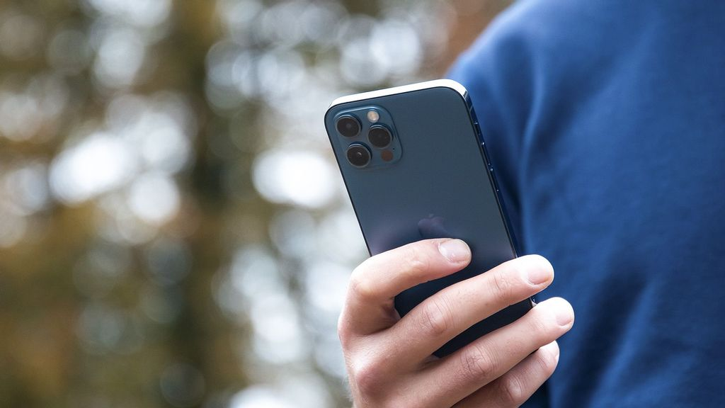 The iPhone 13 is also set to debut support for LEO satellite communications. (Alwin Kroon/Unsplash)
